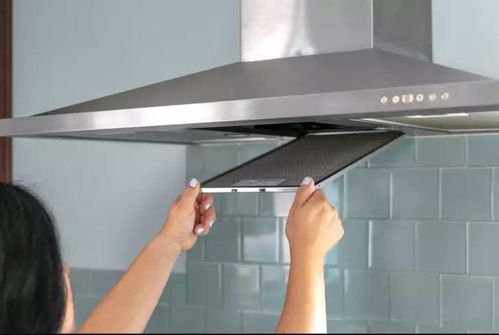 نحوه تمیز کردن فیلتر هود آشپزخانه با سادهترین روش ها | نیمه شب